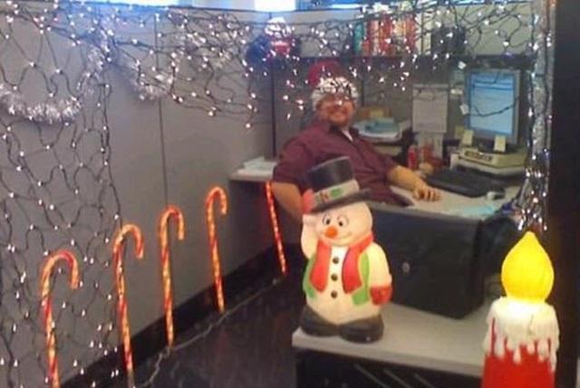 Chỗ làm việc giống như nơi tổ chức tiệc Giáng sinh.