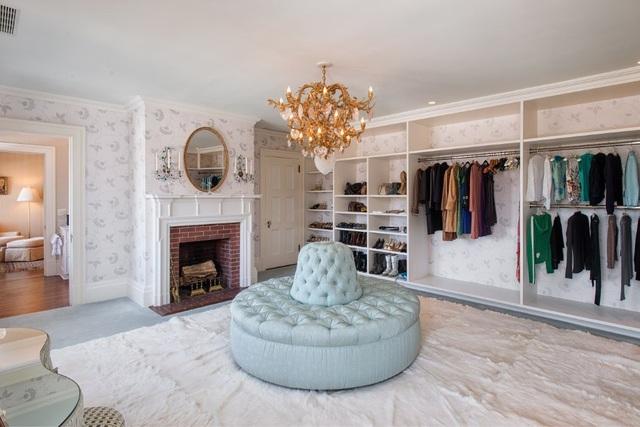 1 phòng thay đồ với đủ những bộ trang phục hợp thời trang dành cho vợ