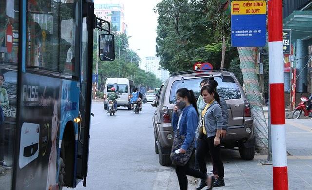 Chiếc ô tô màu xám ngang nhiên dừng đỗ ngay điểm đón - trả khách c xe buýt thường. Biển cấm dừng đỗ ngay phía trước chiếc ô tô này.