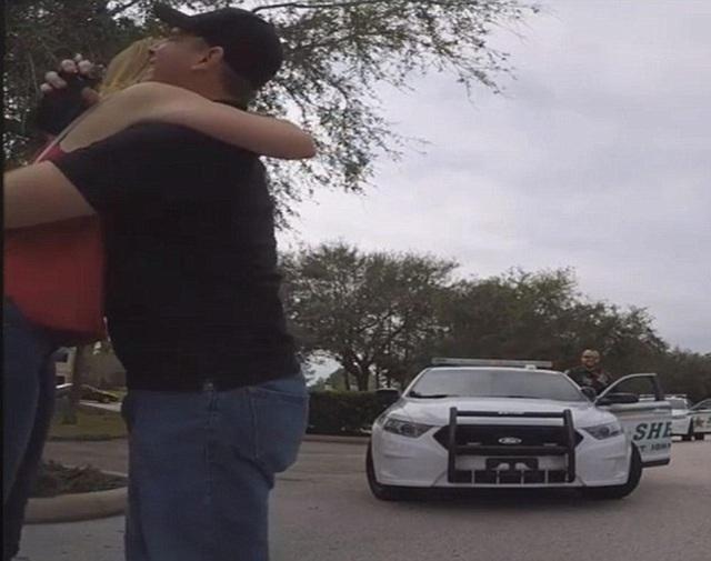 Cặp đôi ôm nhau trong tiếng vỗ tay của các cảnh sát…