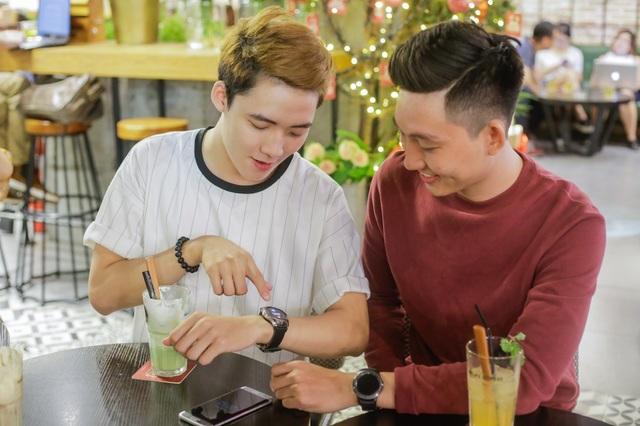 Đồng hồ Samsung Gear S3 là động lực chính giúp Lê Huỳnh Khoa (bìa trái) chăm chỉ rèn luyện sức khoẻ, đồng thời duy trì liên lạc thông suốt với gia đình nhờ khả năng nhận cuộc gọi, tin nhắn trực tiếp trong thời gian đón Tết xa nhà