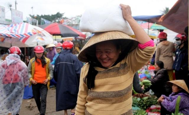 Chợ quê nhộn nhịp, người dân đội mưa mang hương sắc Tết về nhà - 13