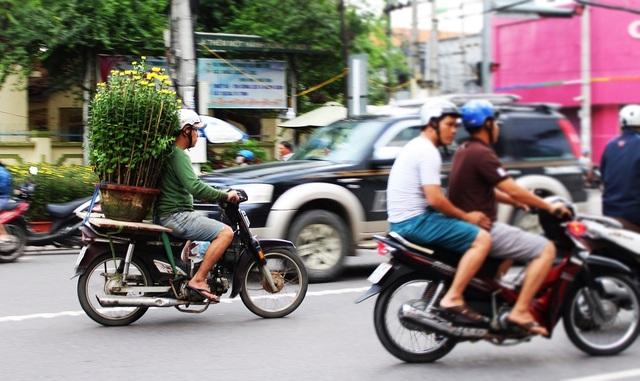 Trong sáng nay 30 Tết, thời tiết ở Nha Trang tiếp tục khô ráo, không mưa. Thời tiết này hi vọng sẽ giúp các thương lái sớm bán hết hoa để về nhà cùng gia đình