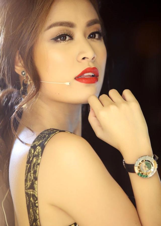 Chiếc đồng hồ Policromia phiên bản đá Malachite vân xanh kết hợp với vàng khối trị giá hơn 2 trăm triệu đồng đem lại vẻ kiêu sa nhưng vẫn rất trẻ trung và nữ tính cho nữ ca sĩ Hoàng Thùy Linh.