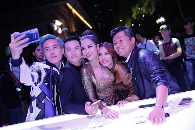 Không bỏ lỡ khoảnh khắc hội ngộ cùng đồng nghiệp, các sao Việt đã nhanh chóng selfie cùng siêu phẩm mới của Samsung. Với độ phân giải được nâng cấp lên 16MP ở cả hai camera, cùng khẩu độ khủng f/1.9, Galaxy A 2017 đã cho ra những tấm ảnh selfie sắc nét, sáng rõ, ngay cả trong điều kiện thiếu sáng của dạ tiệc.