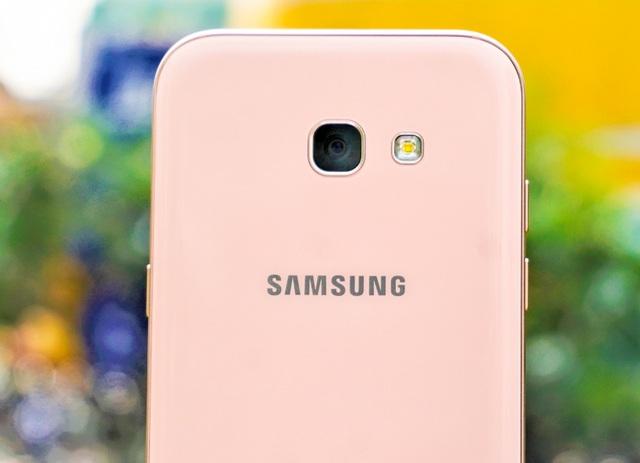 Ở mặt lưng, chúng ta cũng có thể thấy, màu hồng của chiếc A5 (2017) càng thêm ấn tượng, nhìn trực tiếp sẽ là màu hồng phấn đẹp mắt, nhu mì, trong khi để nghiêng 1 chút, ánh sáng xuyên qua lớp kính được bo góc 2.5D mạnh tay sẽ trở nên nhạt dần, nhẹ nhàng và nhu mì hơn. Đặc biệt, các viền của camera và đèn flash cũng được Samsung mạ màu hồng tiệp màu rất đẹp và đồng nhất, kết hợp với camera không lồi, mặt lưng của chiếc Samsung A5 (2017) Hồng càng trở nên liền lạc.