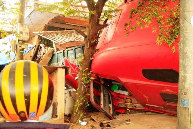 Người dân và lái phụ phá cửa đưa tài xế xe đầu kéo ra ngoài cấp cứu