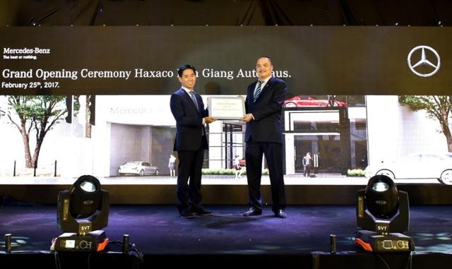 Ông Choi Duk Jun, Giám đốc Điều hành khối xe du lịch Mercedes-Benz tại Việt Nam (trái) trao bằng chứng nhận cho đại diện Haxaco