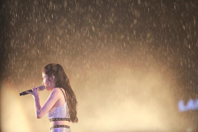 Bất chấp mưa to, Isaac, Emily, Hạnh Sino vẫn hết mình cùng khán giả Thanh Hoá - 4