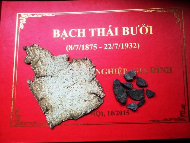 Mảnh kẽm trong quan tài doanh nhân Bạch Thái Bưởi và đá xanh rải dưới ngôi mộ. Ảnh: Gia đình cung cấp