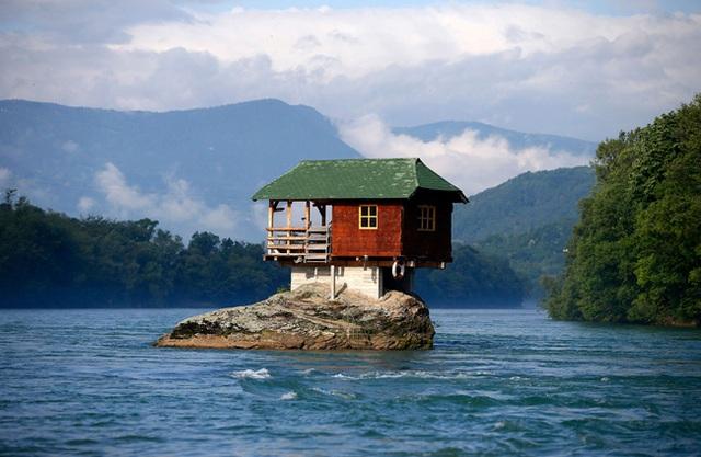 Một ngôi nhà nhỏ xinh như cổ tích được xây dựng trên đá ở Serbia. Ngôi nhà này được những người thích bơi lội quanh sông Bajina Basta xây dựng để làm nơi nghỉ chân.