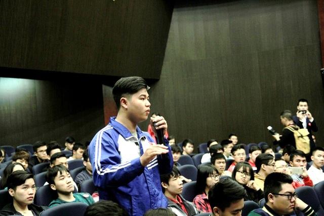 Học sinh đưa ra câu hỏi cho diễn giả mong được giải đáp.