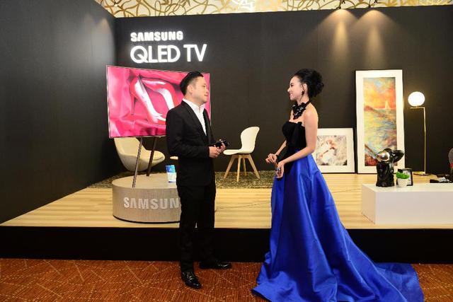 Đạo diễn Victor Vũ và diễn viên Đinh Ngọc Diệp đều rất hài lòng về thiết kế của TV QLED. Theo Đinh Ngọc Diệp, thiết kế 360 độ của TV QLED hoàn hảo từ mọi góc nhìn