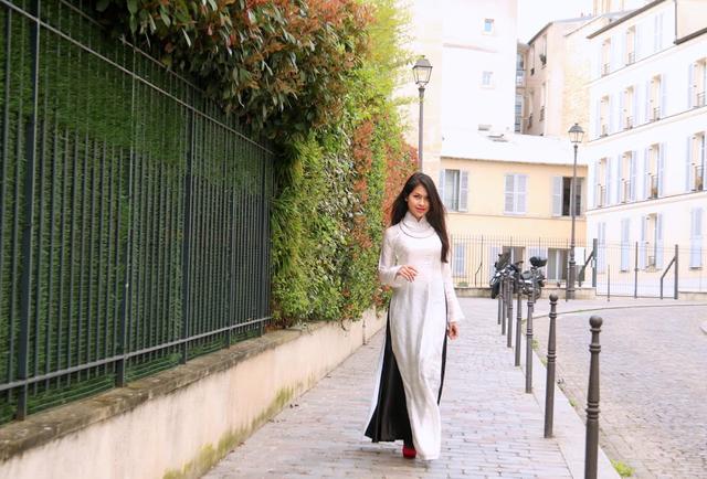 Uyển chuyển trong tà áo dài lụa trắng trên đất Pháp.