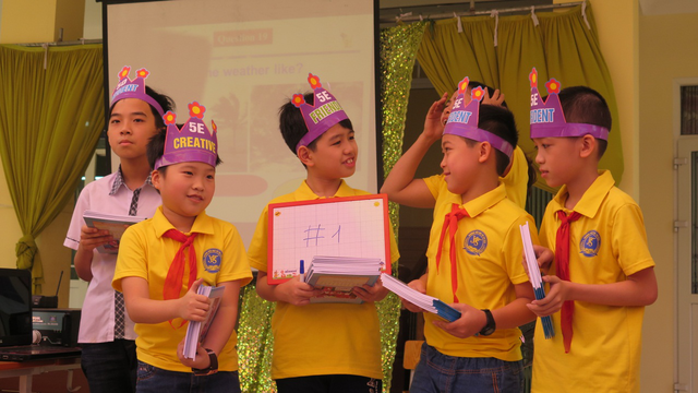 Việt Hoàng và các bạn cùng lớp trong ngày hội tiếng Anh ở trường.