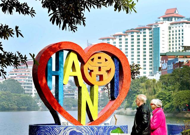"""""""Trái tim tình yêu Hà Nội"""" của nữ họa sĩ Thu Thủy bên hồ Trúc Bạch."""
