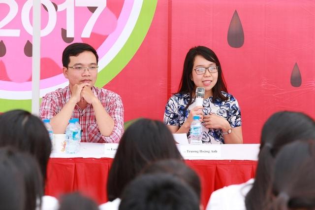 Cô giáo Trương Hoàng Anh và thầy giáo Lưu Huy Thưởng giải đáp thắc mắc của học sinh ở trại Toán - Ngữ văn - Tiếng Anh
