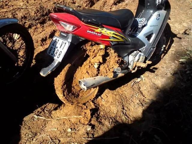 Chiếc xe kẹt cứng đất bùn vào bánh và khung xe.