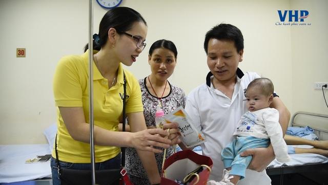 Bố mẹ các em rất ngạc nhiên và cảm động khi nhận được sự quan tâm, thăm hỏi từ CBNV VHP Group
