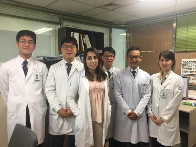 Lâm Hoàng Phúc ( ở giữa hàng trên), Phạm Minh Trí (ngoài cùng bên phải, hàng dưới) cùng các sinh viên YU