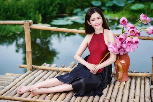 Đường cong thiếu nữ nổi bần bật trong bộ yếm màu đỏ (ảnh: Lương Trung Kiên).