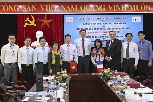 Giảng viên trẻ Lê Nguyên Khương (trái, ngoài cùng) là nhân tố thúc đẩy hợp tác quốc tế ở ngôi trường anh đang công tác.
