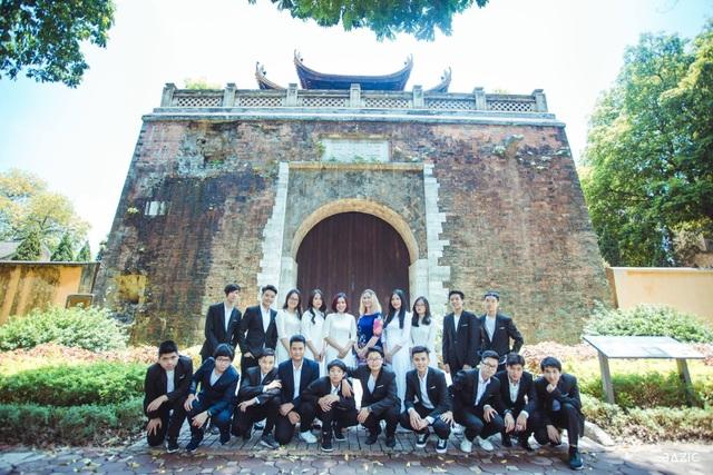 Hà Thanh và bạn bè cùng lớp.