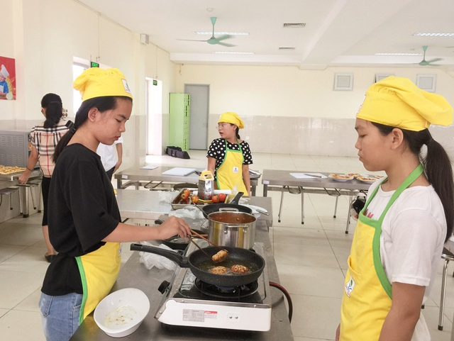 Các em được hướng dẫn nguyên tắc đảm bảo an toàn khi vào bếp.