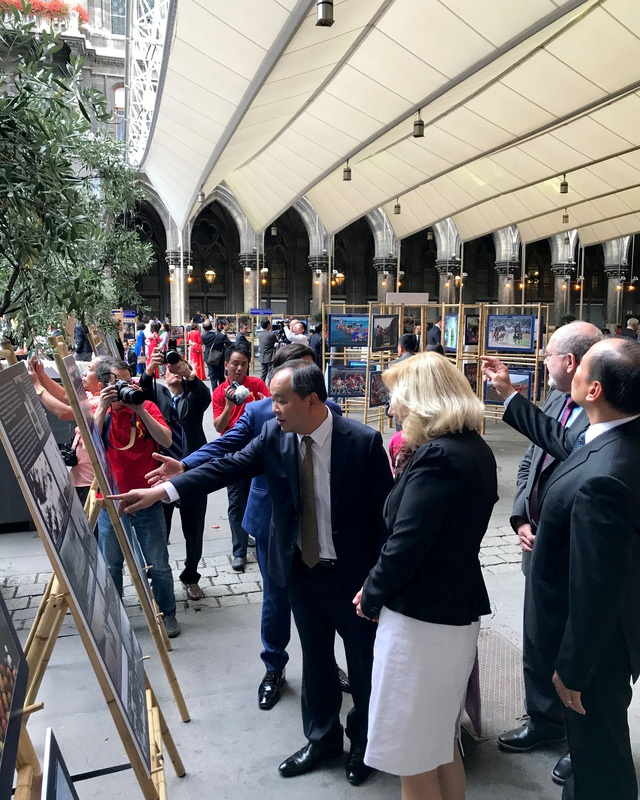 """Đại biểu và quan khách được tham quan triển lãm ảnh """"Việt Nam - Điểm đến của thế giới""""."""