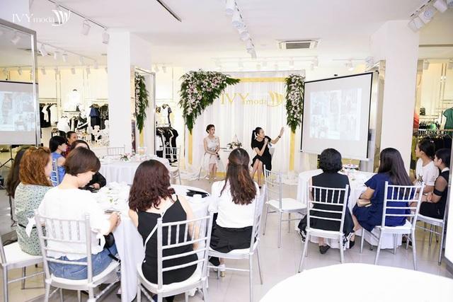 Fashion talk - với tâm điểm chính là chia sẻ về xu hướng thời trang trên thế giới và việc ứng dụng ở nước nhà với hai chủ đề chính: khám phá vẻ đẹp và cá tính bên trong bạn, sức mạnh nữ quyền – khi phụ nữ bứt khỏi giới hạn. Trong buổi tiệc trà này, người yêu thời trang cũng được hướng dẫn cách phối đồ sao cho phù hợp với dáng người bởi 2 stylist, 2 fashion icon đình đám: BIên tập viên tạp chí ELLE Việt Nam, Fashionista- Trương Thanh Trúc và Trần Tiến Đạt – Stylist của hàng loạt các sao nổi tiếng trong showbiz Việt như Lý Nhã Kỳ, Đông Nhi….