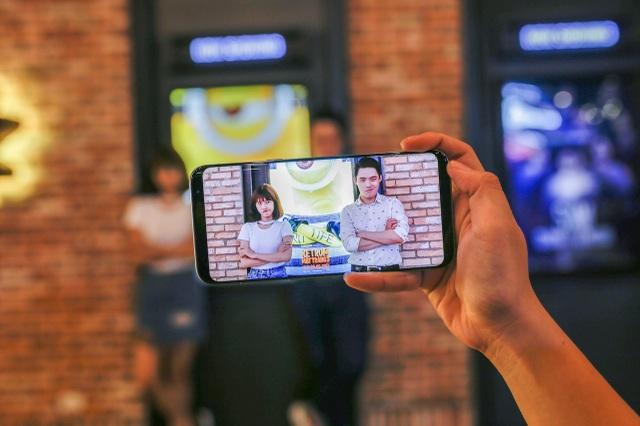 """Bạn Lê Huỳnh Khoa (sơ mi trắng) là một trong những tín đồ sáng tạo với Galaxy S8. Tấm ảnh ăn theo bộ phim """"Kẻ trộm mặt trăng 3"""" của anh chàng hút rất nhiều """"like"""" trên mạng xã hội."""