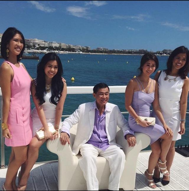 Thảo Tiên chụp ảnh cùng bố và các chị trên du thuyền.