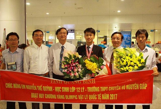 """Đại diện nhà trường và Sở GD-ĐT Quảng Bình ra sân bay Nội Bài đón """"chàng trai vàng Vật lý"""" Nguyễn Thế Quỳnh."""