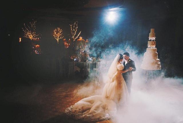 Jessica và Ken cùng khiêu vũ lãng mạn trong bữa tiệc