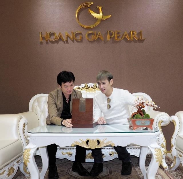 Nam ca sĩ nhờ Nghệ Nhân Ưu tú Hồ Thanh Tuấn (trái) giúp sức để chế tác nên tác phẩm trang sức ngọc trai Trống Đồng đặc biệt cho chương trình đinh của mình.