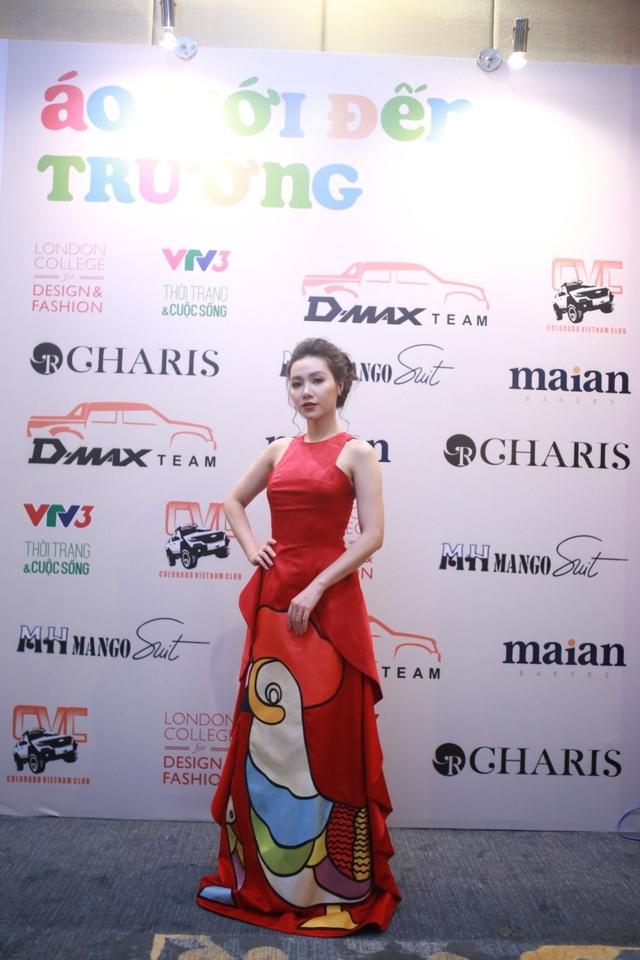 Bộ trang phục tôn thêm vóc dáng của cô MC xinh đẹp