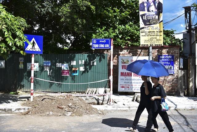 Hiện phố Trịnh Công Sơn đang được gấp rút chỉnh trang phục vụ phố đi bộ, nhiều đoạn vỉa hè ngổn ngang vật liệu thi công.