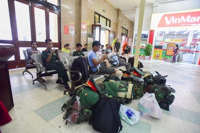 Một góc nhà chờ của ga. Ga Hà Nội nhộn nhịp nhất vào ban đêm, từ khoảng 3h-6h sáng, trong khi các tuyến từ miền Nam về ga nhiều vào ban ngày.