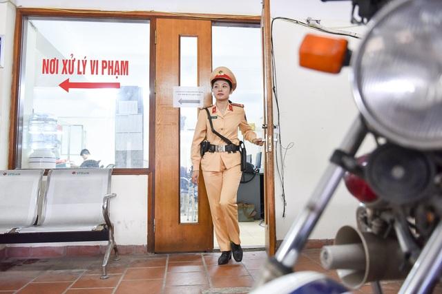 Cũng giống như các đồng nghiệp ở Đội CSGT số 2 (Công an thành phố Hà Nội), Thượng uý Lê Thị Thu Hà bắt đầu ngày làm việc tại cơ quan từ 6h sáng do đặc thù công việc. Để có mặt tại trụ sở đúng giờ, thượng Thượng uý Hà phải dậy từ rất sớm.