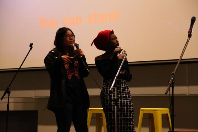 Tiết mục biểu diễn Karaoke ngẫu hứng của hai khách mời quốc tế. (Ảnh: Minh Quân)