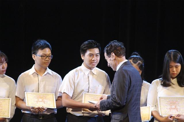 GS. Odon Vallet trao học bổng Odon Vallet đến học sinh Việt Nam.