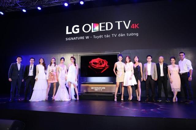 """Có lẽ chính Tú Hảo cũng không ngờ rằng, cô sẽ giành được danh hiệu quán quân The Face 2017, và là người sở hữu chiếc TV LG OLED Signature W trị giá 300 triệu mà mình đã """"thả dáng"""" cùng."""