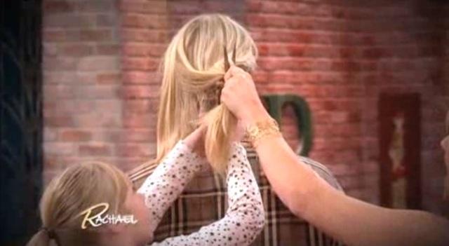 Hai cô bé cắt tóc cho cha trên sóng truyền hình