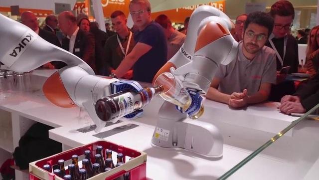 """Người lao động có nguy cơ bị """"chuyển giao"""" bởi máy móc tự động hóa."""