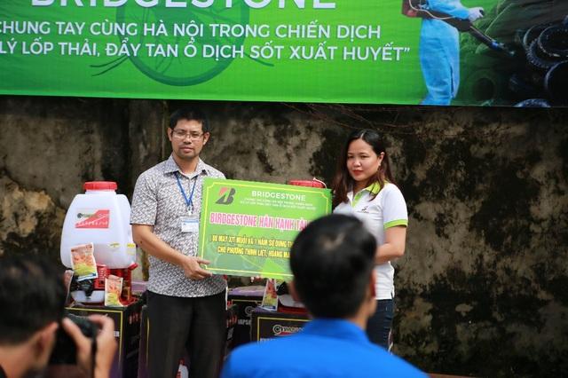 Bridgestone tài trợ 1 năm sử dụng thuốc diệt muỗi cho phường Thịnh Liệt, quận Hoàng Mai để ngăn ngừa mầm bệnh tiếp tục phát tán