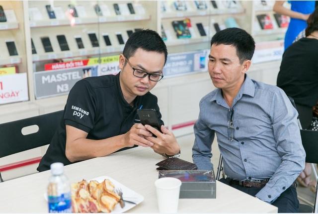 """Một trong những khách hàng đầu tiên """"đập hộp"""" chiếc Galaxy Note8"""
