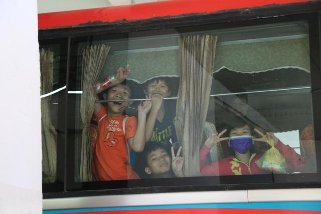 Đúng 9h sáng, các chuyến xe bus của tiNi Share Play Day đã tới đón các bé đến các trung tâm của tiNiWorld trên cả nước để vui chơi
