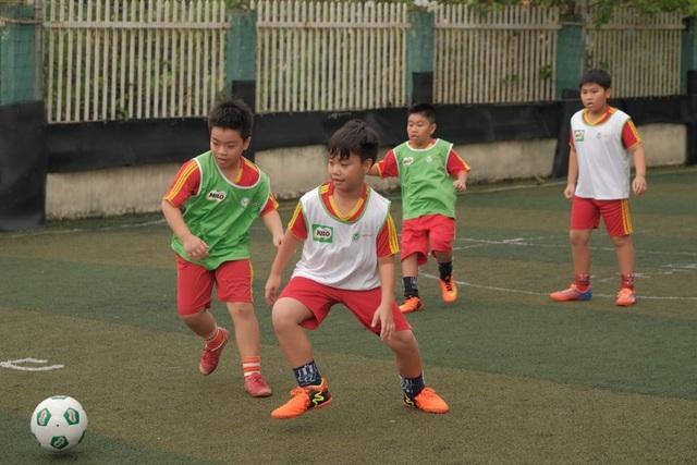"""Sau giờ học, các bé trường Lương Thế Vinh sẽ có khoảng 2 tiếng để tập với câu lạc bộ bóng đá. """"Cũng nhờ chương trình mà nhiều tài năng được phát hiện,"""" thầy Sang tự hào cho biết."""