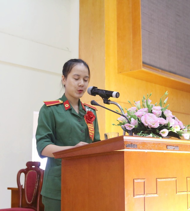 Em Trần Thu Hoài - Thủ khoa Học viện Quân y bày tỏ niềm vui mừng xúc động khi được sự quan tâm, dặn dò của những người thầy trong ngành.