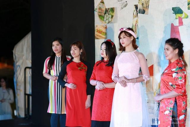 Các thiếu nữ Việt duyên dáng trong tà áo dài.